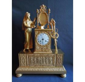 Pendule à la mariée en bronze doré, début XIXe