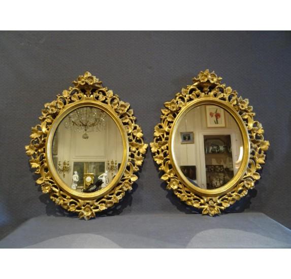 Paire de miroirs en bois doré