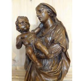 Vierge à l'enfant en noyer sculpté du XVIIIe siècle
