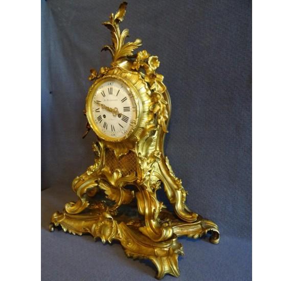Pendule en bronze doré de style rocaille, époque XIXe