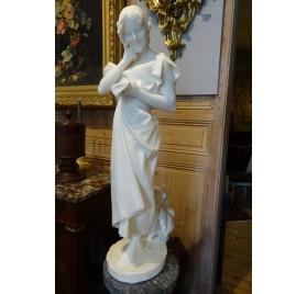 Grande sculpture en marbre blanc d'Ezio Ceccarelli, jeune fille à la lettre