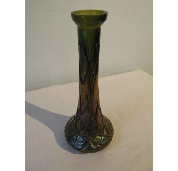 Vase bohême en verre irisé à filets style Loetz ou Kralik