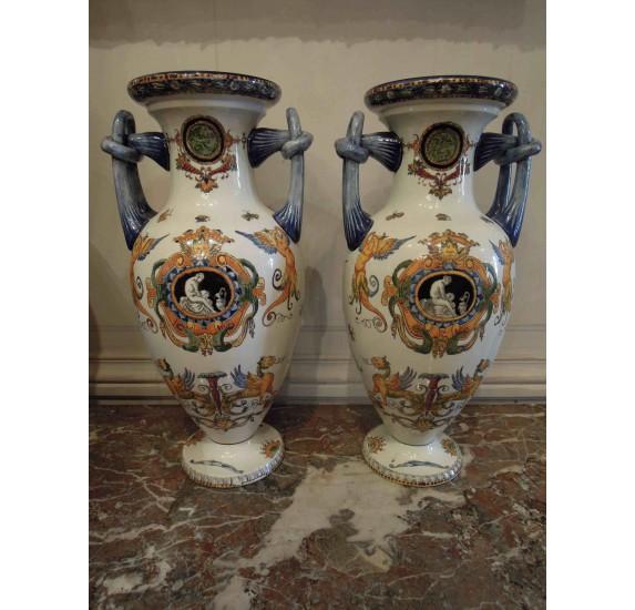 Paire de vases en faïence de Gien à décor polychrome