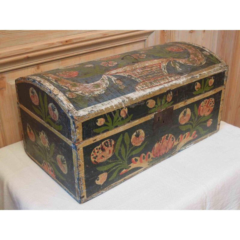 Coffre de mariage en bois peint normandie for Restaurer un meuble en bois peint