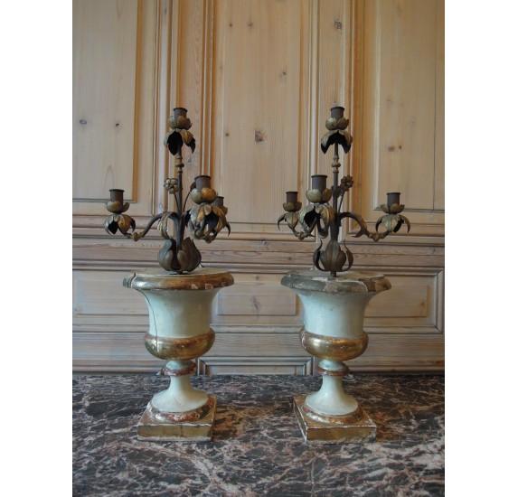 Paire de vases décoratifs Médicis en bois laqué et doré